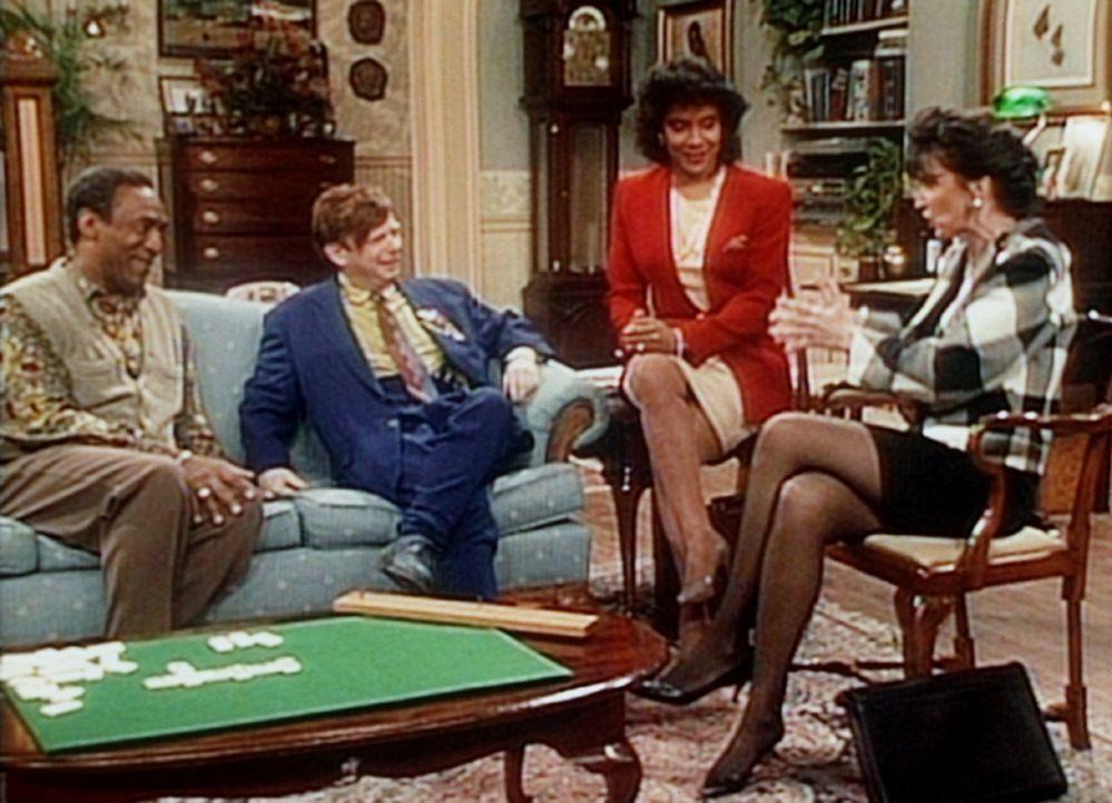 Cliff (Bill Cosby, l.) und Clair (Phylicia Rashad, 2.v.r.) verfolgen gespannt, was sich da zwischen ihrem Nachbarn Jeffrey (Walles Shawn) und Clairs... - Bildquelle: Viacom