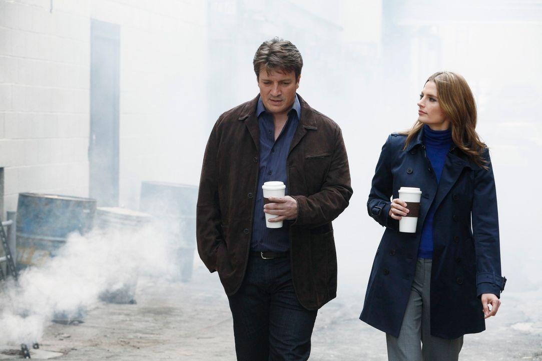 Im Verlauf der Ermittlungen kommen sich Richard Castle (Nathan Fillion, l.) und Kate Beckett (Stana Katic, r.) wieder etwas näher ... - Bildquelle: 2012 American Broadcasting Companies, Inc. All rights reserved.