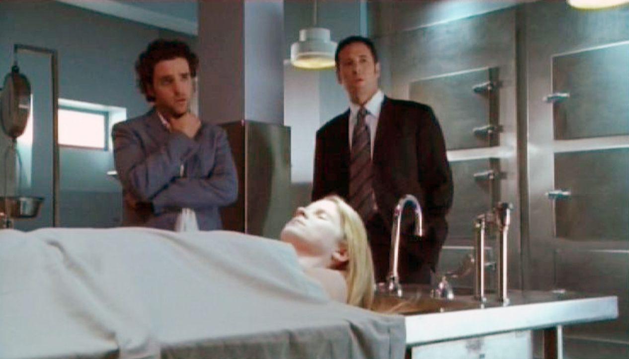Rachel (Kelli O'Hara, M.) wird am nächsten Tag tot aufgefunden. Charlie Eppes (David Krumholtz, l.) und Don Eppes (Rob Morrow, r.) untersuchen die... - Bildquelle: Paramount Network Television