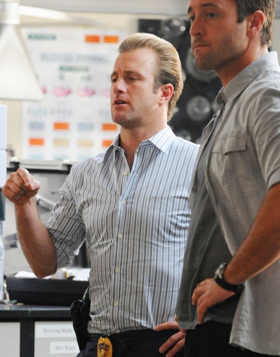 Versuchen, den Mord an einem Professor der Universität Oahu aufzuklären: Danny (Scott Caan, l.) und Steve (Alex O'Loughlin, r.) ... - Bildquelle: 2012 CBS Broadcasting, Inc. All Rights Reserved.