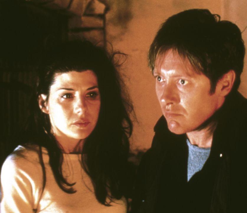 Aus den Jägern werden gnadenlos Gejagte: Psychiaterin (Marisa Tomei, l.) und FBI-Agent Joel Campbell (James Spader, r.) ... - Bildquelle: Universal Pictures