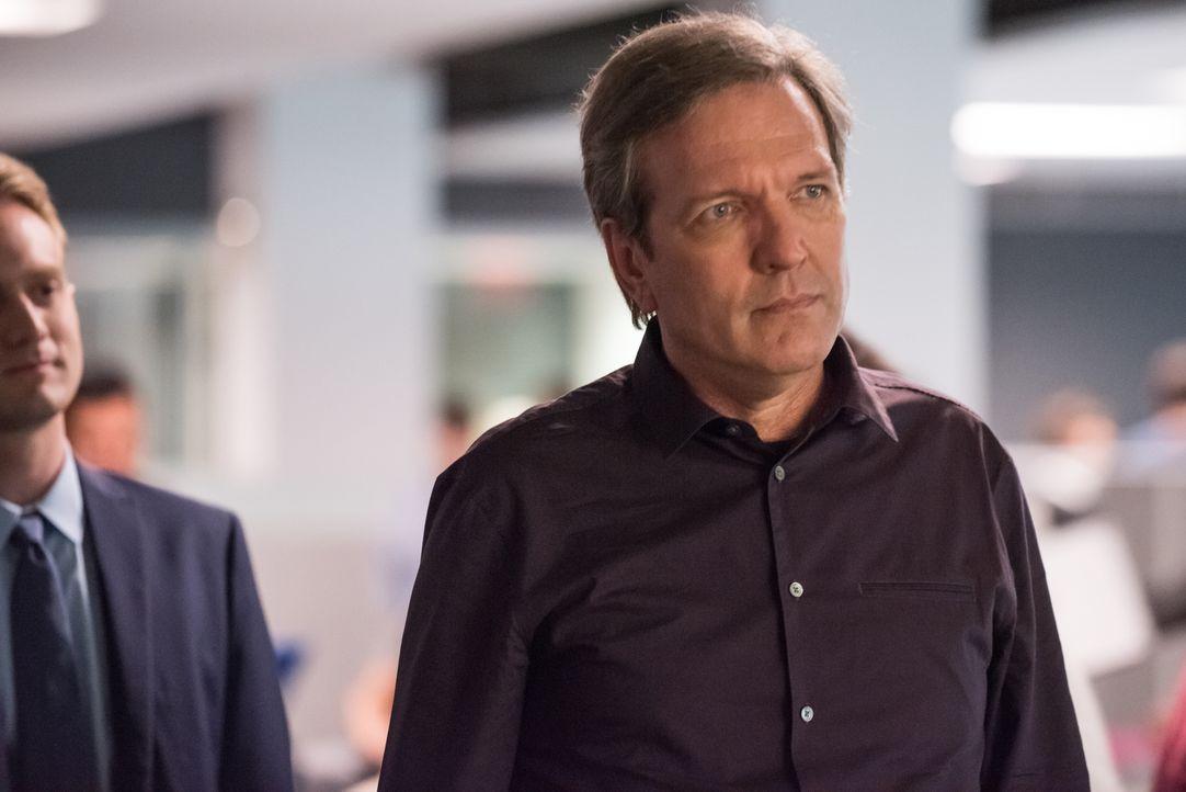 Um mit dem Arbeitgeber des Toten zu sprechen, statten Carrie und Al William Houston (Martin Donovan, r.), dem CEO von Sistex Software, und dessen So... - Bildquelle: Jeff Neumann 2015, 2016 Sony Pictures Television Inc. All Rights Reserved. / Jeff Neumann