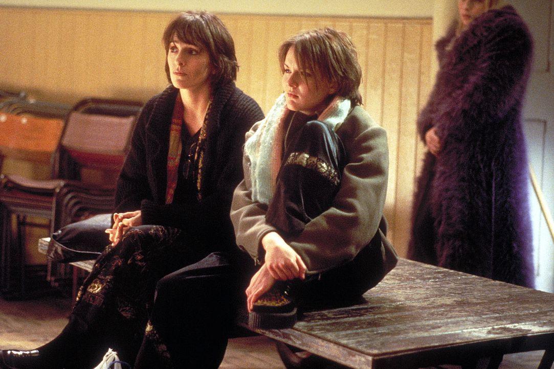 Managerin Karen (Juliet Aubrey, l.) und ihre Tochter Clare (Rachel Stirling, r.) sind noch skeptisch ... - Bildquelle: Columbia Pictures