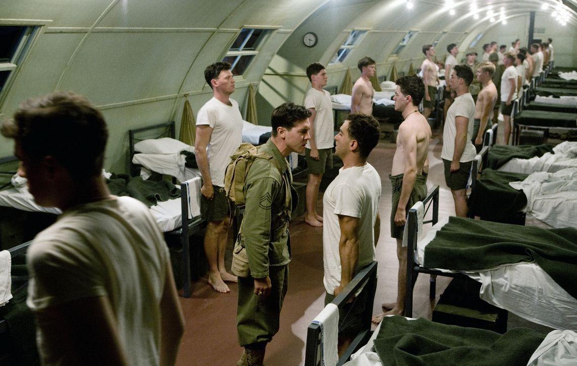 """Auf der Marine Corps Base """"Camp Pendleton"""" bildet John Basilone (Jon Seda, M.) junge Marines für den Einsatz im Zweiten Weltkrieg aus. Doch dann wir... - Bildquelle: Home Box Office Inc. All Rights Reserved."""