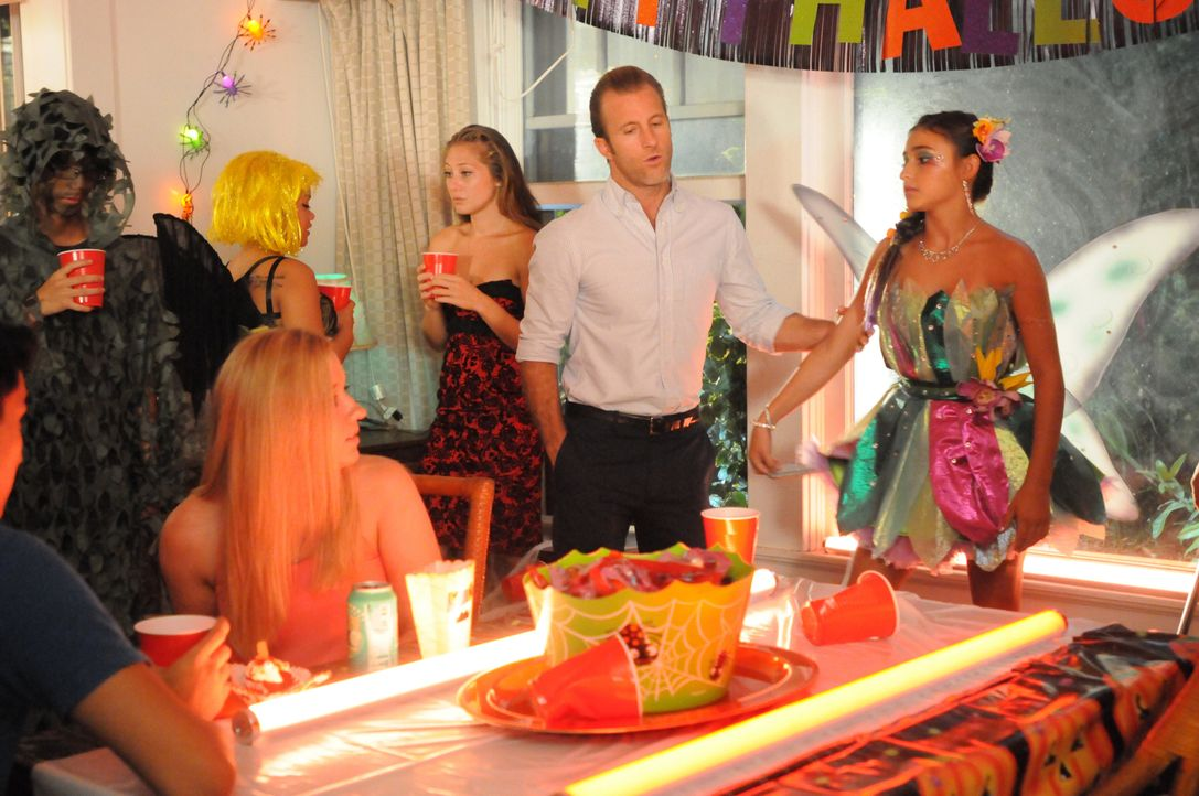 Danny (Scott Caan, 2.v.r.) muss sich um seine Tochter Grace (Teilor Grubbs, r.) kümmern, die verbotenerweise auf eine Halloween-Party gegangen ist .... - Bildquelle: Sonja Flemming 2015 CBS Broadcasting, Inc. All Rights Reserved / Sonja Flemming