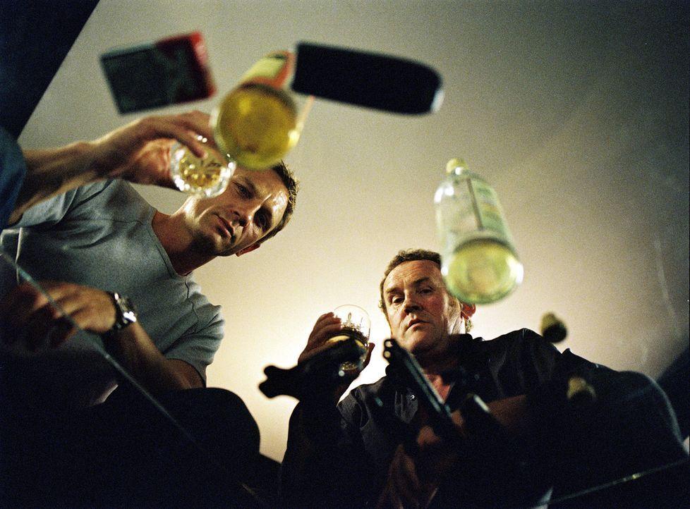 Gene (Colm Meaney, r.) arbeitet mit ganz anderen Mitteln als sein Kollege (Daniel Craig, l.), denn das Drogengeschäft ist schließlich kein Spazier... - Bildquelle: 2004 Columbia Pictures Industries, Inc. All Rights Reserved.