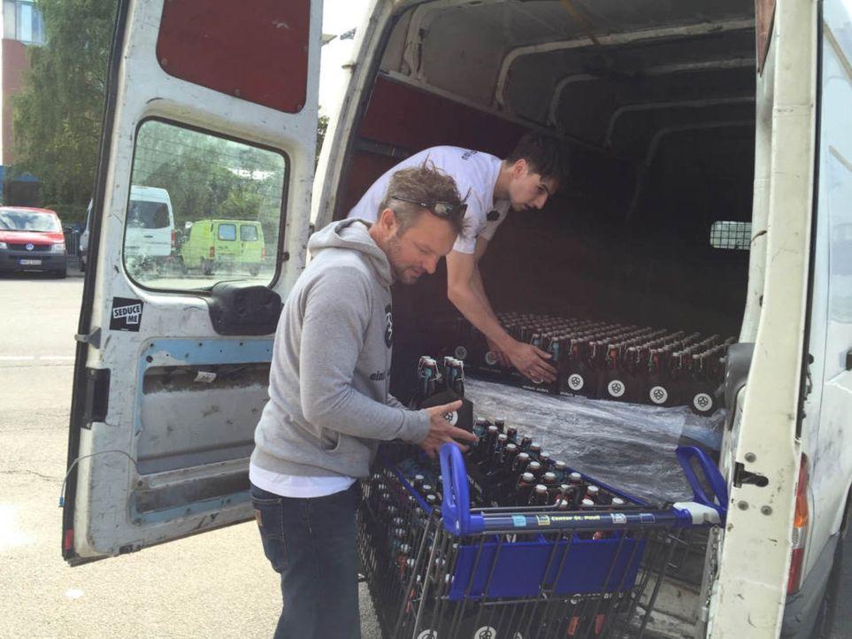 """Wird Selfmade-Unternehmer Lars Grosskurth (vorne) mit seiner Geschäftsidee """"Hopper Bräu"""" Erfolg haben? - Bildquelle: kabel eins"""