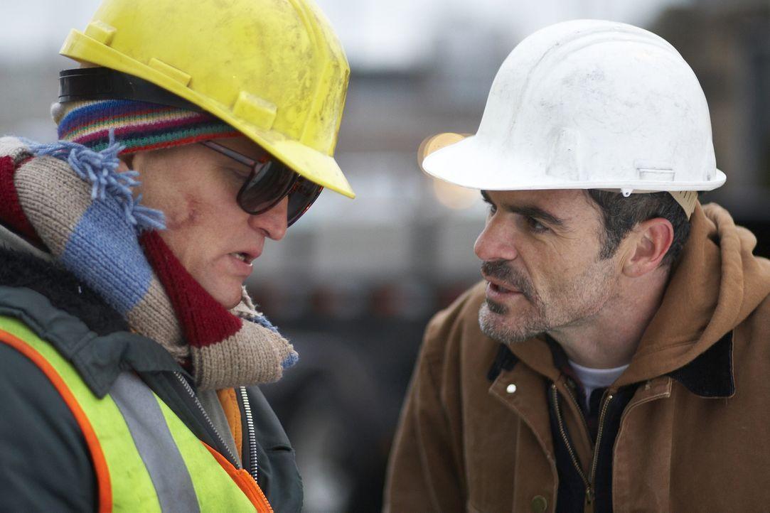 Paul Carter (Michael Kelly) versucht alles, um Arthur ((Woody Harrelson) zu helfen. Doch dieser ist überzeugt, ein Superheld zu sein, der Captain In... - Bildquelle: 2009 Darius Films Inc. All Rights Reserved.