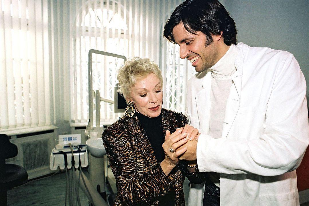 Dr. Odenthal (Pasquale Aleardi, r.) liegen die Frauen zu Füßen. Auch seine Patientin Frau Sommerhof (Anita Kupsch, l.) kommt öfter als nötig in... - Bildquelle: Gordon Mühle Sat.1