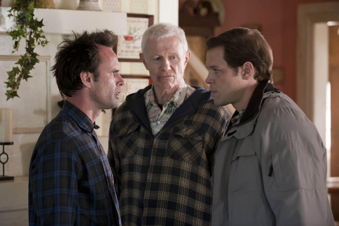 Arlo (Raymond J. Barry , M.) hat Dr. Stern (Randolph Adams, r.) gerufen, um Ava medizinisch zu versorgen. Boyd (Walton Goggins, l.) ist anfangs skep...