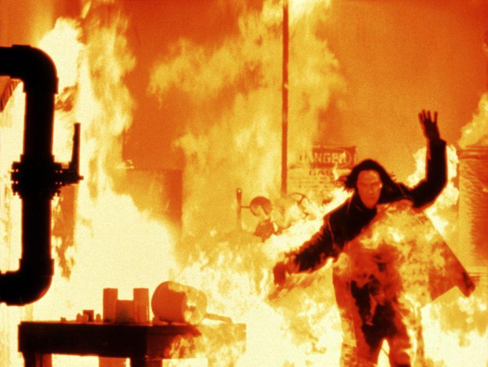 Von seinen Verfolgern umringt, gelingt es David Allen Griffin (Keanu Reeves), eine stillgelegte Tankstelle in Brand zu setzen - und zu entkommen ... - Bildquelle: Universal Pictures