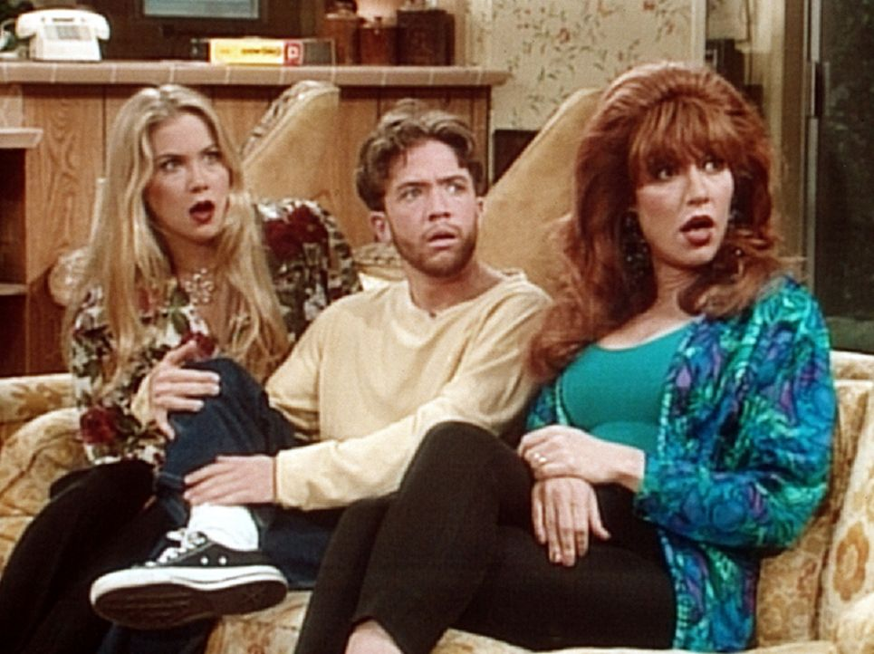 Kelly (Christina Applegate, l.), Bud (David Faustino, M.) und Peggy (Katey Sagal, r.) können es kaum glauben, dass Al 500.000 Dollar wert sein soll... - Bildquelle: Columbia Pictures