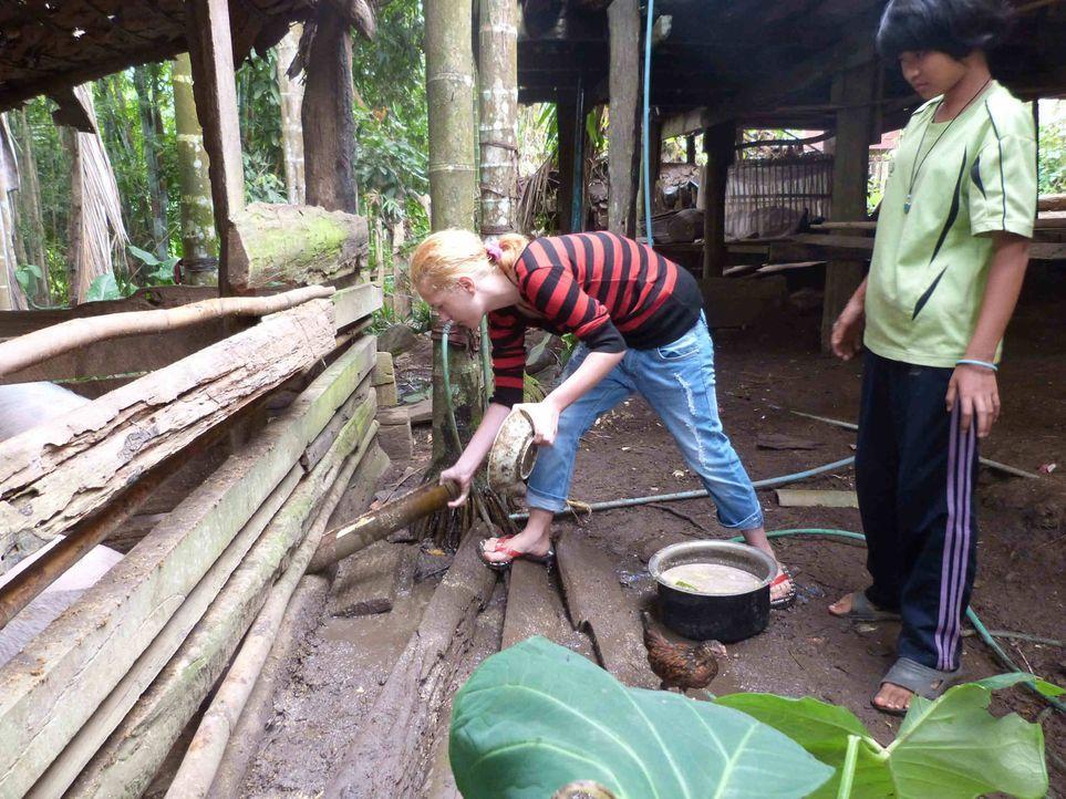 Bei den strengsten Eltern Thailand muss die sonst so verwöhnte Jennifer fleißig mitanpacken ... - Bildquelle: SAT.1