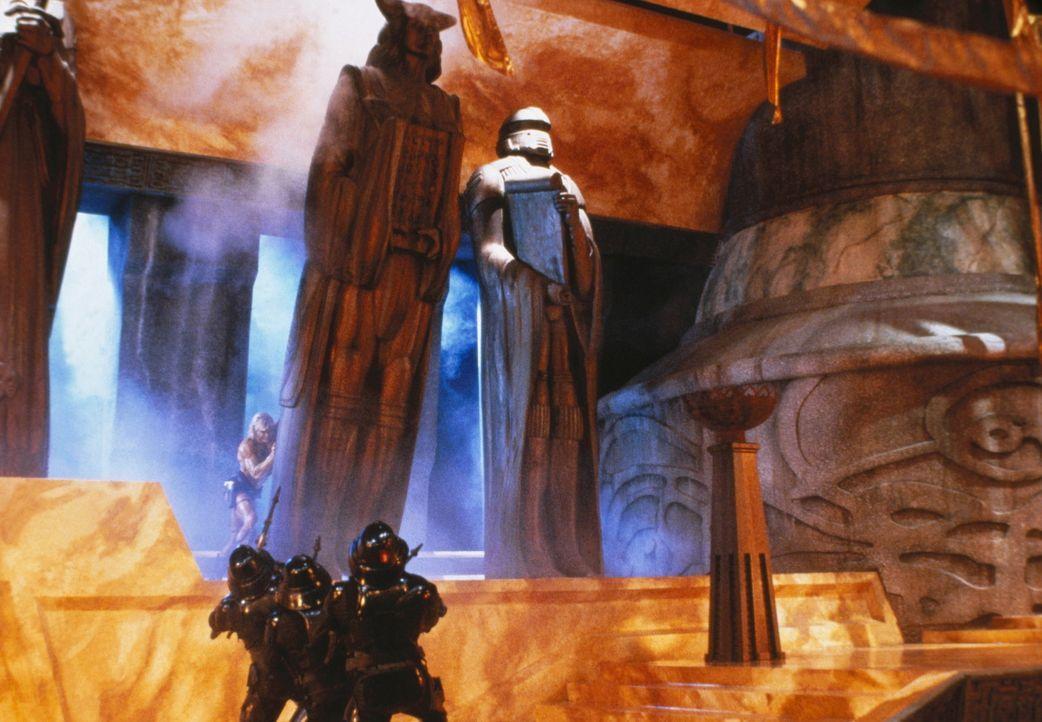 In seinem Kampf gegen den finsteren Skeletor stürzt He-Man (Dolph Lundgren, oben) eine der übergroßen Statuen des bösen Herrschers auf dessen Sc... - Bildquelle: CANNON FILMS INC. AND CANNON INTERNATIONAL B. V