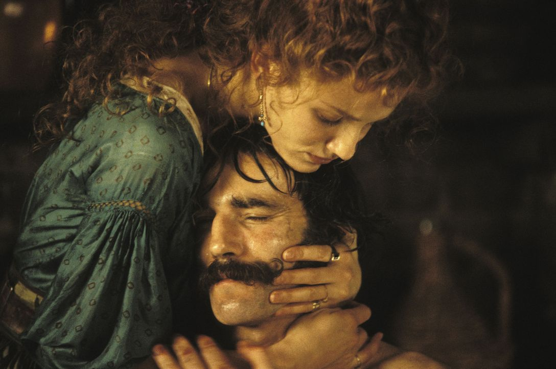 """Den brutalen Bill """"The Butcher"""" Cutting (Daniel Day-Lewis, r.) und die hübsche Taschendiebin Jenny Everdeane (Cameron Diaz, l.) verbindet eine ganz... - Bildquelle: Miramax Films"""