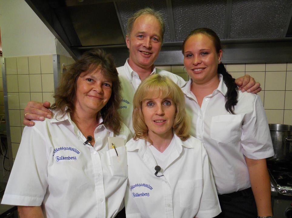 """Das Serviceteam der """"Schlossgaststätte Falkenberg"""" (v.l.n.r.): Tamara Dobl, Thorsten Mietzke, Gabi Karweina und Monika Jäger - Bildquelle: kabel eins"""