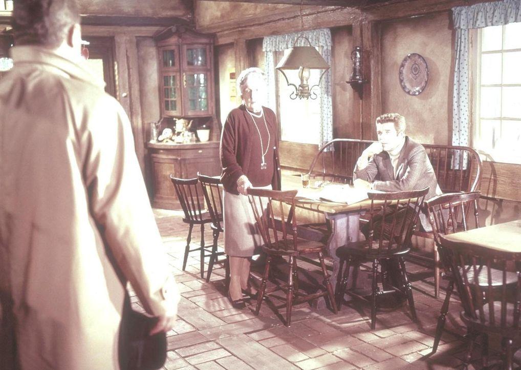 Lady Agathy Beverton (Agnes Windeck, M.) und Humphrey Connery (Heinz Drache, r.) werden abrupt in ihrem Gespräch unterbrochen ... - Bildquelle: Constantin Film