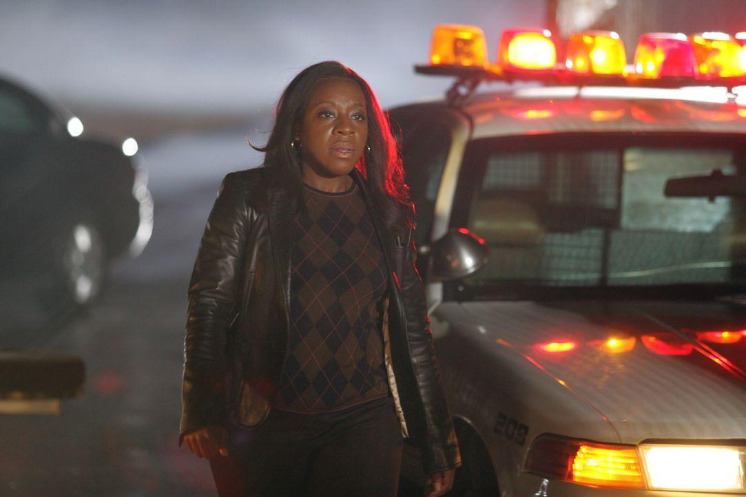 Bild des Schreckens: Vivian Johnson (Marianne Jean-Baptiste) kann nicht glauben, was sie da sieht ... - Bildquelle: Warner Bros. Entertainment Inc.