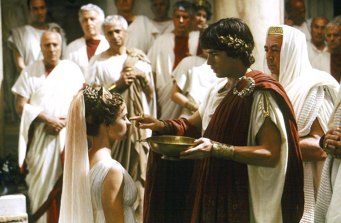 Kaum in Rom eingezogen, ruft Octavius (Santiago Cabrera, r.) Camene (Emily Blunt, l.) zur obersten Vestalin aus .. - Bildquelle: Hallmark Entertainment