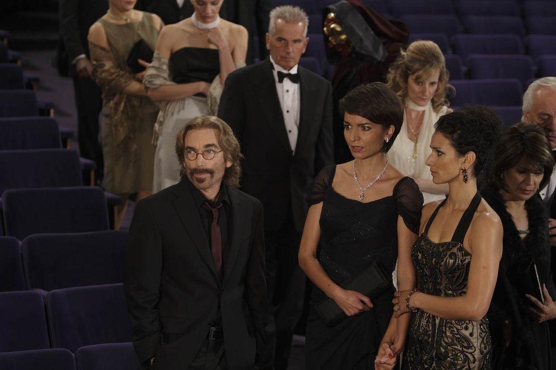 Ilsa (Indira Varma, r.) und ihre Schwägerin Connie (Olga Sosnovska, M.) sind sich sicher, dass sie Guerreros (Jackie Earle Haley, l.) Hilfe nicht be... - Bildquelle: 2011  Warner Bros.