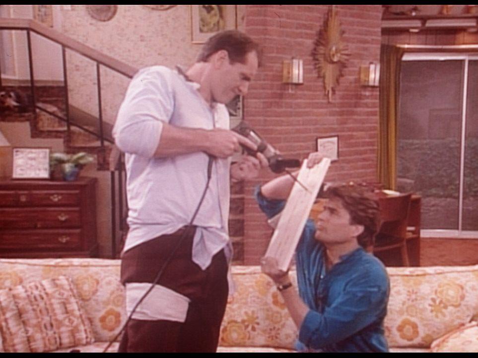 Al (Ed O'Neill, l.) und Jefferson (Ted McGinley, r.) erweisen sich nicht gerade als die geborenen Heimwerker. - Bildquelle: Columbia Pictures