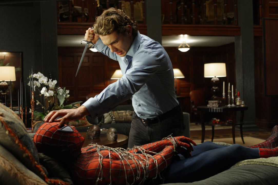 Harry Osborn (James Franco, r.) will Spider-Man (Tobey Maguire, l.) als Rache für den Tod seines Vaters umbringen, ihm aber vorher die Maske abnehm... - Bildquelle: Sony Pictures Television International. All Rights Reserved.
