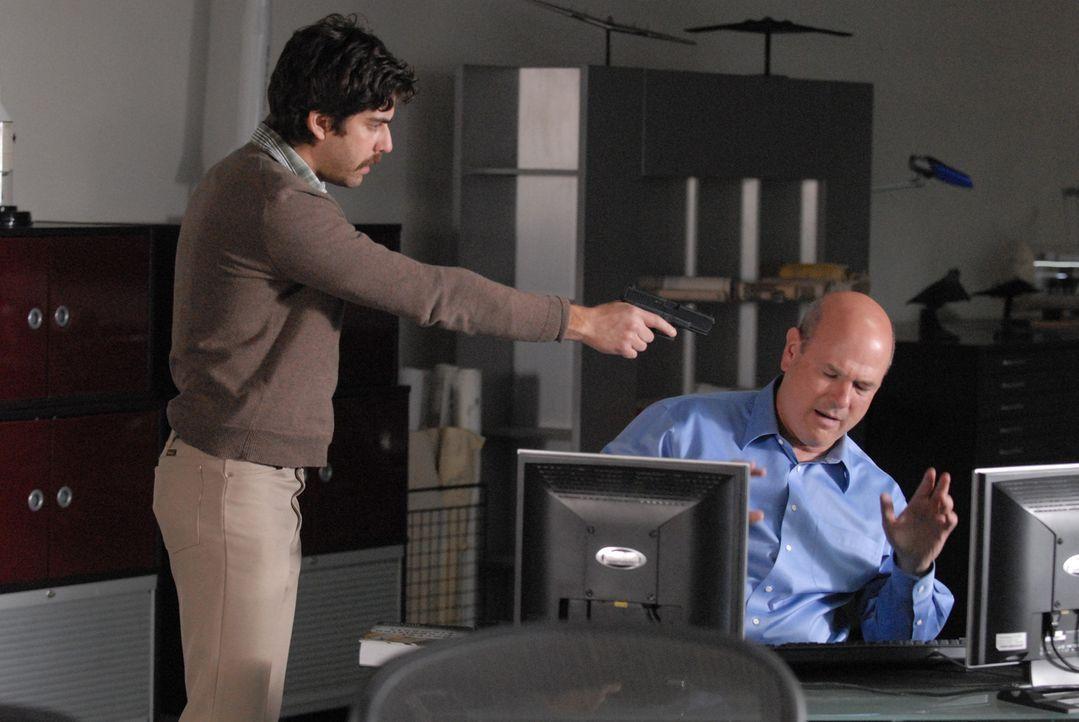 Bruce (Adam Goldberg, l.) verlangt von Kravitz (Larry Miller, r.), ihm Zugang zum Stammverzeichnis der Firma zu verschaffen ... - Bildquelle: Paramount Network Television