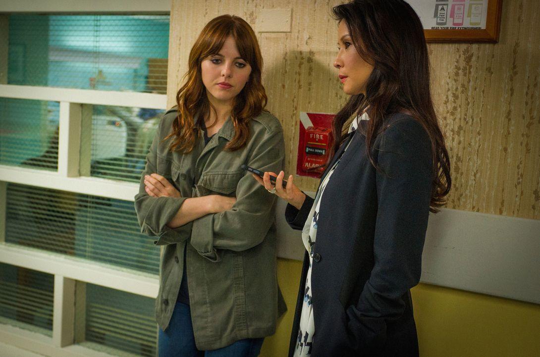 Sind sich nicht immer über die Ermittlungsmethoden einig: Kitty (Ophelia Lovibond) und Watson (Lucy Liu) ... - Bildquelle: CBS Television