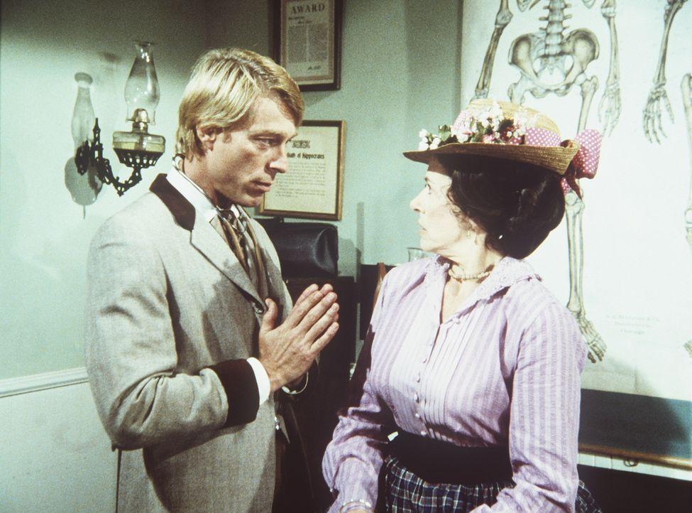 Mrs. Oleson (Katherine MacGregor, r.) ist als einzige von dem neuen Arzt Dr. Logan (Burr Debenning, l.) begeistert. - Bildquelle: Worldvision