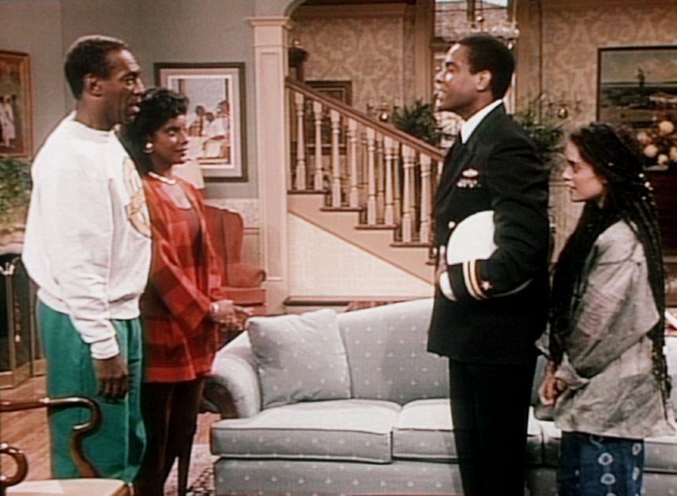 Denise (Lisa Bonet, r.) stellt ihren verdutzten Eltern Cliff (Bill Cosby, l.) und Clair (Phylicia Rashad) ihren Ehemann Martin (Joseph C. Phillips,... - Bildquelle: Viacom
