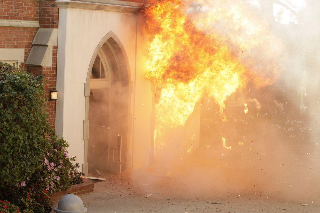 Ein Giftanschlag und eine Explosion beschäftigt die Ermittler .... - Bildquelle: Paramount Network Television