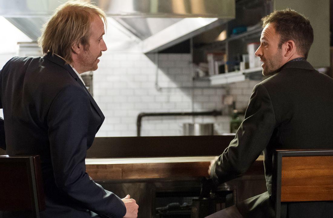 Ein neuer Fall bringt Sherlock Holmes (Jonny Lee Miller, r.) und seinen Bruder Mycroft (Rhys Ifans, l.) zueinander ... - Bildquelle: CBS Television