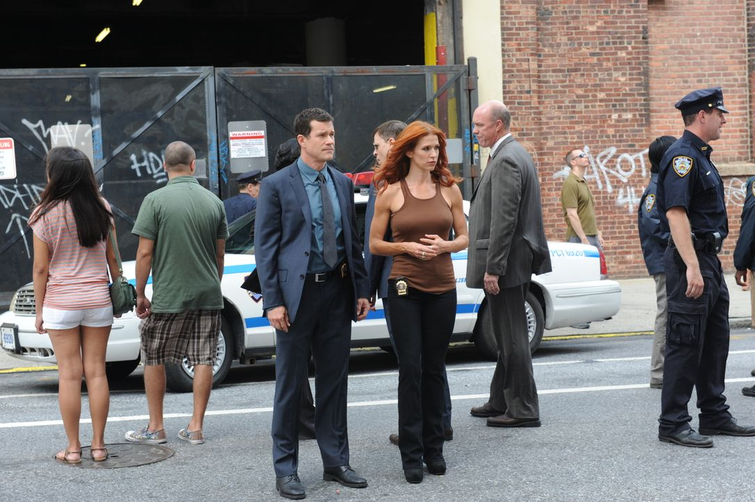 Ein neuer Mordfall beschäftigt Carrie (Poppy Montgomery, M.r.) und Al (Dylan Walsh, M.l.) ... - Bildquelle: 2011 CBS Broadcasting Inc. All Rights Reserved.