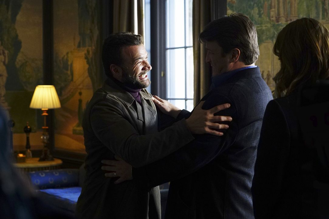 Um die Ermittlungen in einem Mordfall weiterzubringen, muss sich Castle (Nathan Fillion, r.) mit dem russischen Sicherheitsbeamten Vasily Zhiov (Nic... - Bildquelle: Richard Cartwright 2016 American Broadcasting Companies, Inc. All rights reserved.