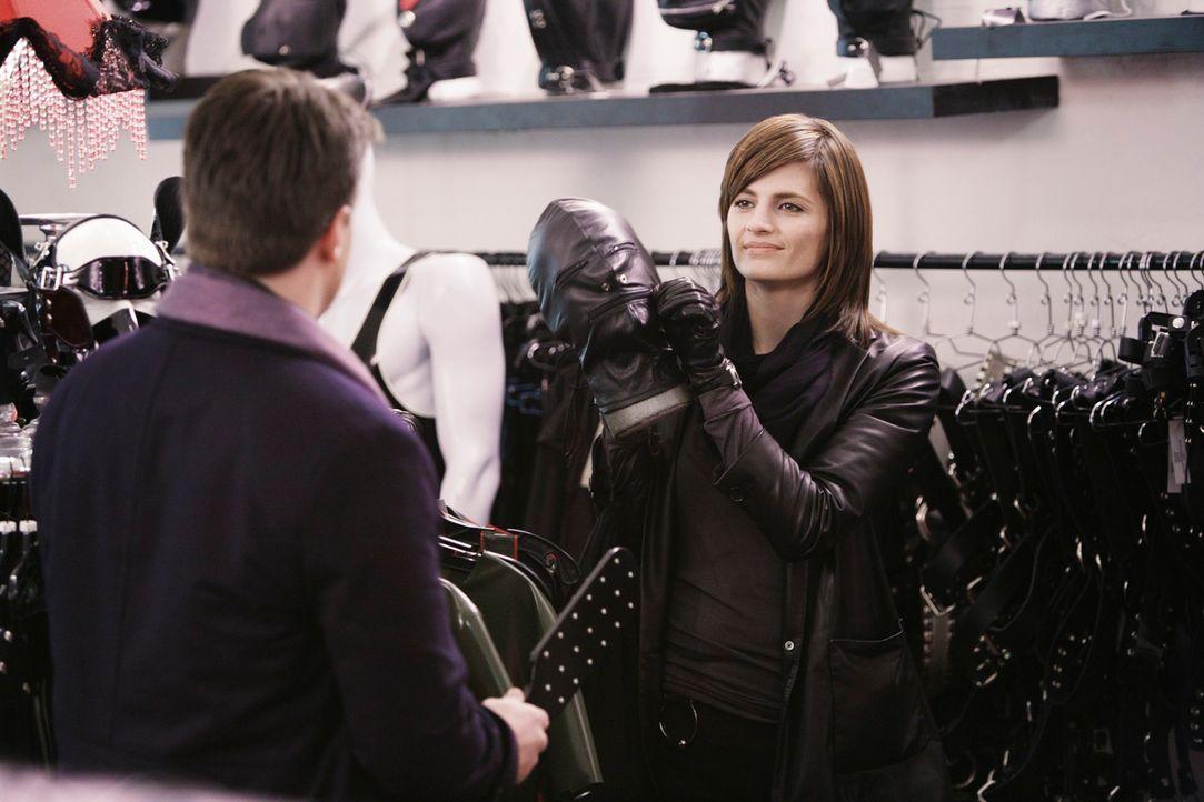 Castle (Nathan Fillion, l.) muss zu seinem Erstaunen feststellen, dass Beckett (Stana Katic, r.) eine detaillierte Kenntnis aller möglicher Quälwerk... - Bildquelle: ABC Studios