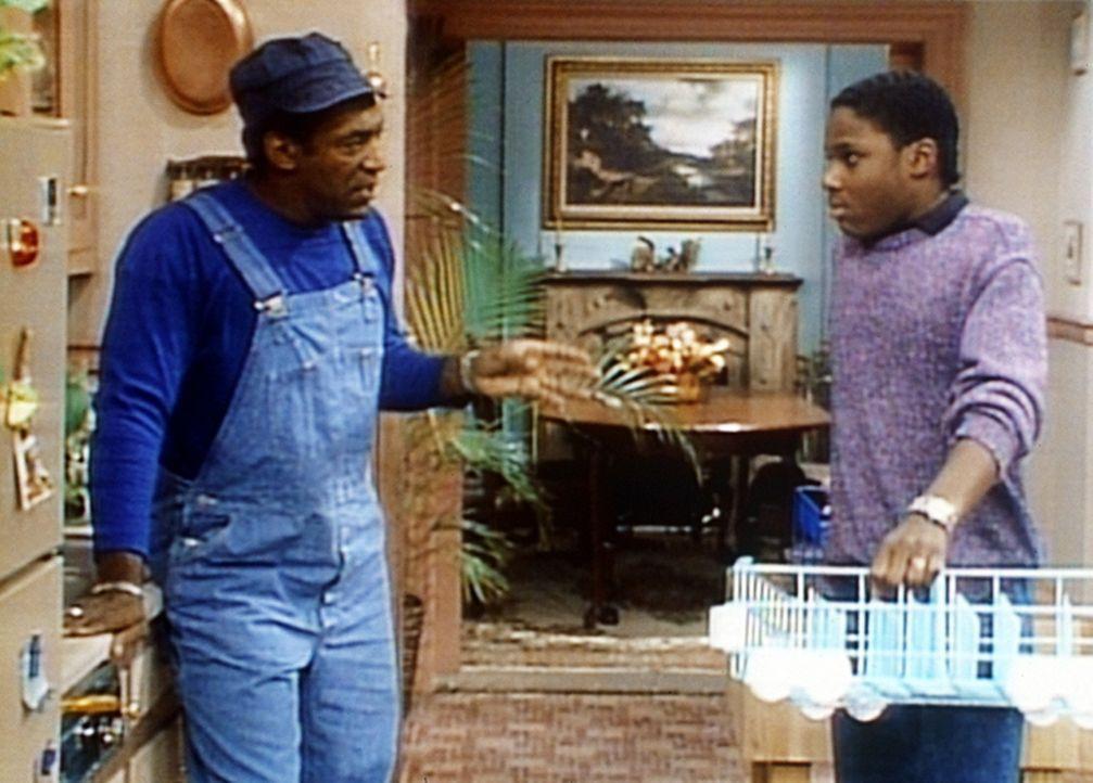 Cliff (Bill Cosby, l.) will mit Hilfe von Theo (Malcolm-Jamal Warner, r.) den Geschirrspüler reparieren ... - Bildquelle: Viacom