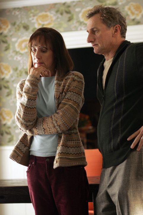 Haben Larry (Matt Craven, r.) und Susan Hopkins (Laurie Metcalf, l.) etwas falsch gemacht? Oder was ist der Grund für das plötzliche Verschwinden ih... - Bildquelle: Warner Bros. Entertainment Inc.