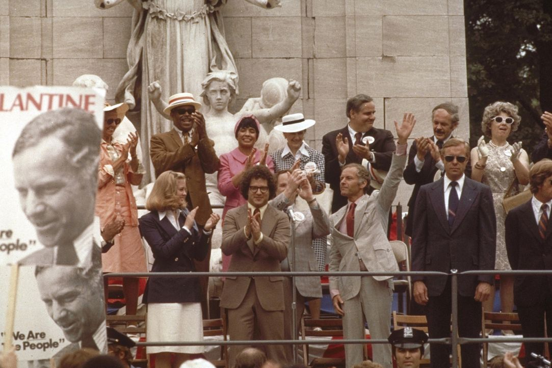 Betsy (Cybill Shepherd, l.), Tom (Albert Brooks, 2.v.l.) und der hohe Politiker Charles Palantine (Leonard Harris, 3.v.l.) feiern ihren erfolgreiche... - Bildquelle: Columbia Pictures
