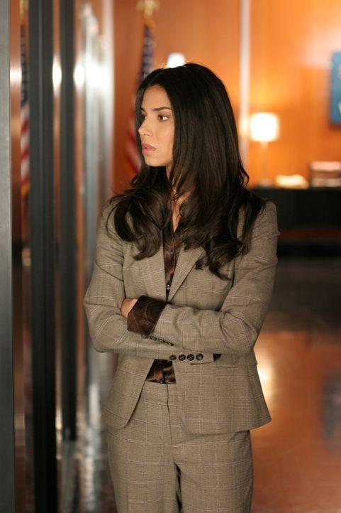 Versucht das Verschwinden der jungen Koreanerin Wendy aufzuklären:  Elena (Roselyn Sanchez) ... - Bildquelle: Warner Bros. Entertainment Inc.
