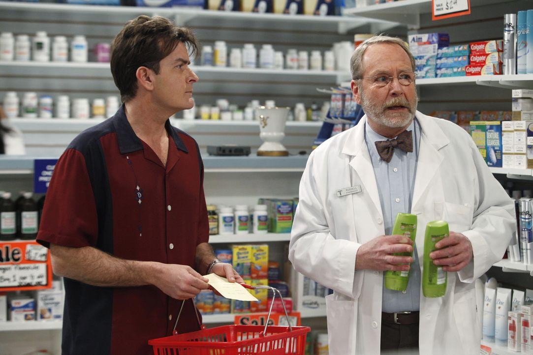 Chelsea liegt mit einer schweren Erkältung im Bett. In der Apotheke bittet Charlie (Charlie Sheen, l.) Russell (Martin Mull, r.) um Rat. - Bildquelle: Warner Brothers Entertainment Inc.
