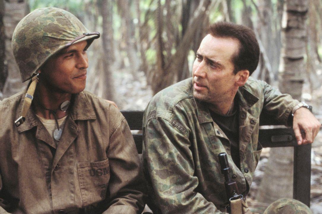 Code-Funker Ben Yahzee (Adam Beach, l.) und sein Beschützer Sergeant Enders (Nicolas Cage, r.) werden sich langsam sympathisch - doch sollte Yahzee... - Bildquelle: 2002 METRO-GOLDWYN-MAYER PICTURES INC.. All Rights Reserved