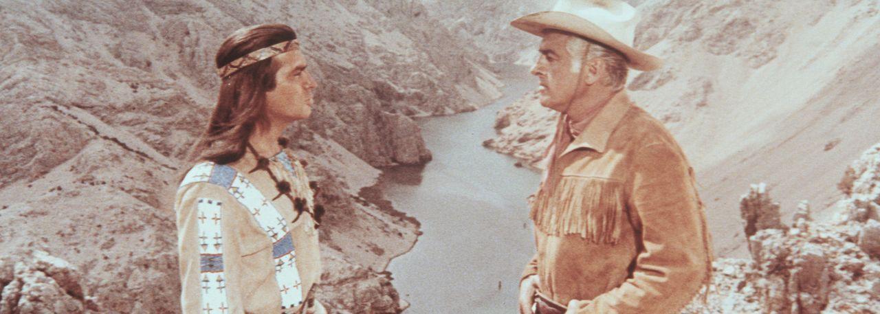 Mit seinem Freund Winnetou (Pierre Brice, l.) versucht Old Surehand (Stewart Granger, r.) einen drohenden Krieg zwischen Indianern und Weißen zu ve... - Bildquelle: Warner Bros.