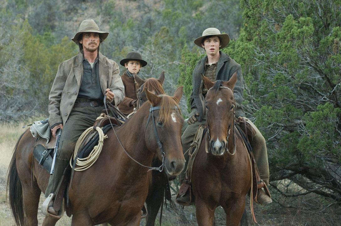 Der ehemalige Scharfschütze Dan Evans (Christian Bale, l.) wohnt mit seiner Frau Alice und seinen zwei Söhnen Mark (Benjamin Petry, M.) und Willia... - Bildquelle: 2007 Yuma, Inc. All Rights Reserved.