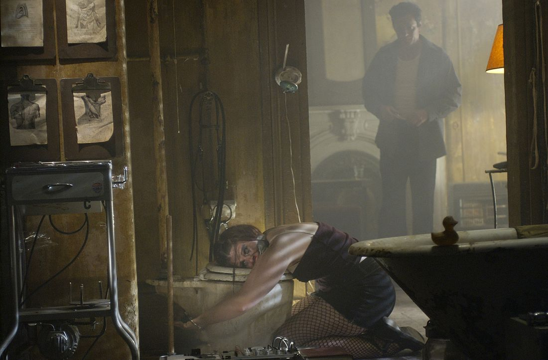 """Die beiden Detectives Carson O'Connor und Michael Sloane stehen ratlos vor einer brutalen Mordserie. """"Der Chirurg"""" (Thomas Kretschmann, hinten), so... - Bildquelle: Tele München Gruppe"""