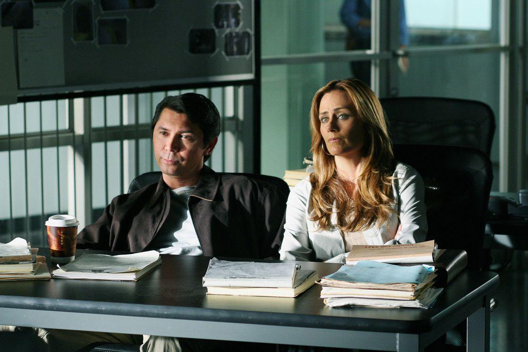 Agent Ian Edgerton (Lou Diamond Phillips, l.) und Megan  Reeves (Diane Farr, r.) suchen nach Hinweisen, um den neuen Fall lösen zu können ... - Bildquelle: CBS International Television