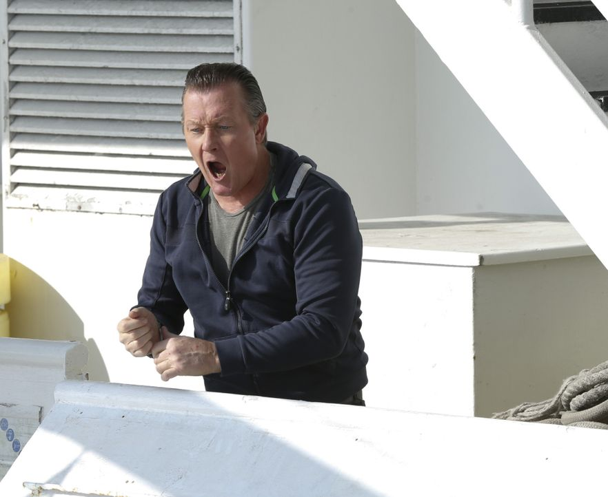 Kann Cabe (Robert Patrick) die Gangster noch aufhalten, als bereits alles verloren scheint? - Bildquelle: Cliff Lipson 2014 CBS Broadcasting, Inc. All Rights Reserved / Cliff Lipson