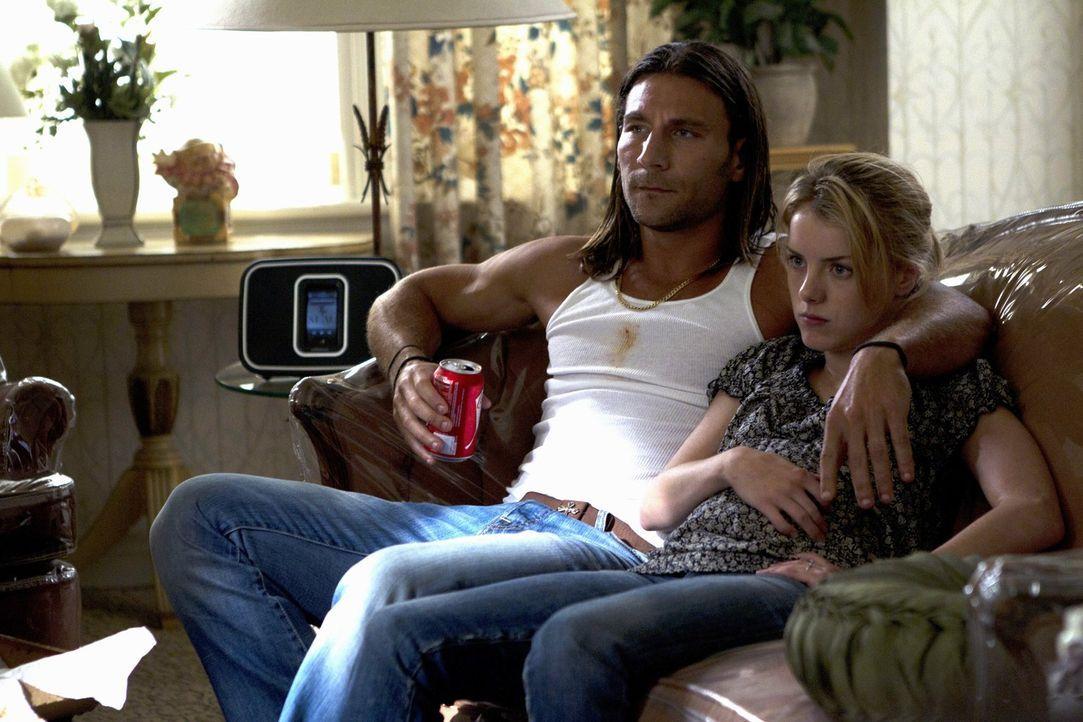 Um bei Karen (Laura Wiggins, r.) etwas gut zu machen, möchte Lip ihr und ihrem neuen Freund Jody (Zach McGowan, l.) helfen, einen Ehevertrag zusamme... - Bildquelle: 2010 Warner Brothers