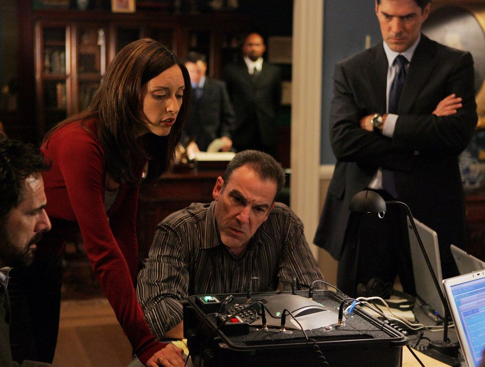 Special Agent Jason Gideon (Mandy Patinkin, 2.v.r.), Agentin Elle Greenway (Lola Glaudini, 2.v.l.) und Agent Aaron Hotchner (Thomas Gibson, r.) gebe... - Bildquelle: Touchstone Television