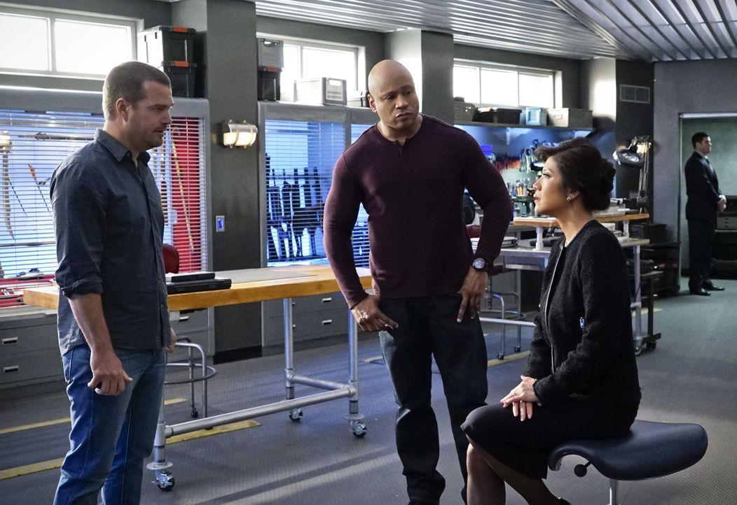 Das Team um Callen (Chris O'Donnell, l.) und Sam (LL Cool J, M.) wird dazu beauftragt, U.S. Ambassador Nancy Kelly (Julie Chen, r.) vor Terroristen... - Bildquelle: CBS Studios Inc. All Rights Reserved.