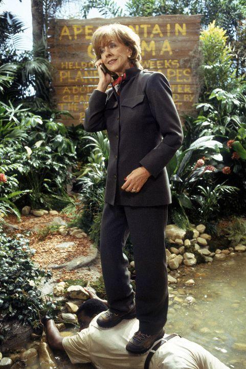 Beatrice Stanhope (Christina Pickles) denkt gar nicht daran, sich nass zu machen ... - Bildquelle: Walt Disney Pictures